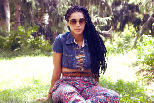 afro, beautiful woman, brisa, brisando, brunette, clothes, dread, fat, floral, florido, flowers, glasses, gordinha, grama, hippie, jeans, model, modelo, morena, oculos, onda, paz e amor, peace and love, photo, pretty, rastafari, roupas, verde