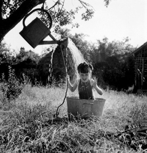 arrosoire  bath  black and white  old  photographyRobert Doisneau Photography Children