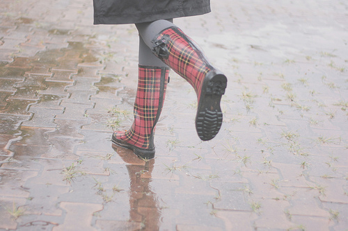 axadrezado, by melina souza, capa, chess, cold day, cute, dia chuvos, dia frio, galochas, honepid, honey pie, meias, melina de souza, melinwonderland, plaid, rain, rainy boots, rainy day, rubber boots, tights, trench coat, xadrez