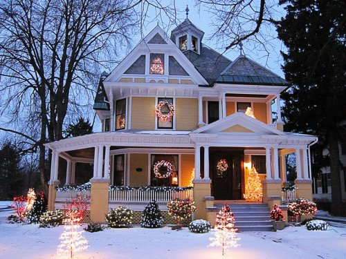 Beautiful christmas exterior home house image for Beautiful homes decorated for christmas