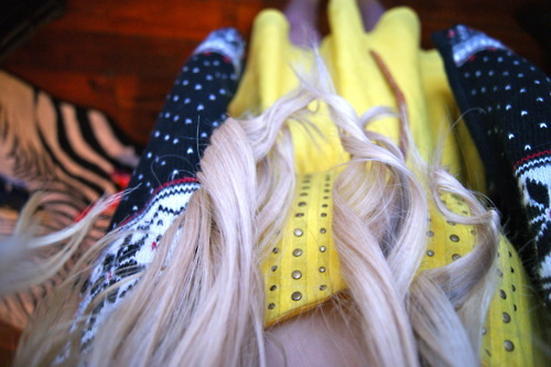 black, black sweater, blond, blonde, blonde hair, christmas, christmas sweater, curling iron, curls, curly hair, dress, extensions, girl, hair, photography, pretty, red, sweater, urban oufitters, waves, white, yellow, yellow dress
