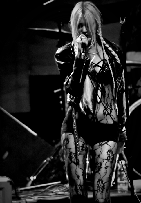 blond, blonde, cute, girl, hair, leather jacket, live, microphone, pretty, singer, skinny, taylor momsen, thin, tpr
