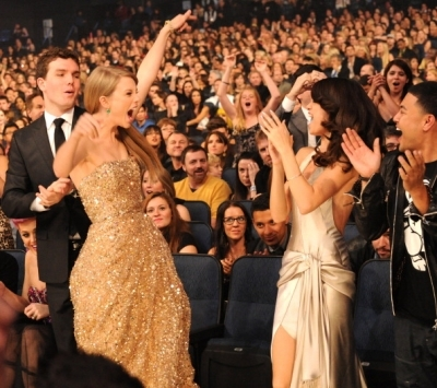 friends, selena gomez, taylor swift