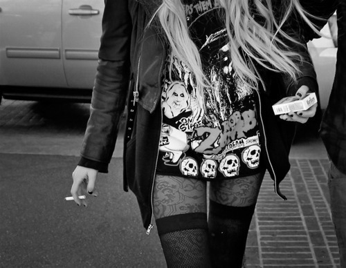 alternative, alternative girl, b&w, blonde, blonde hair, cigarette, fashion, girl, rock, skull, taylor momsen