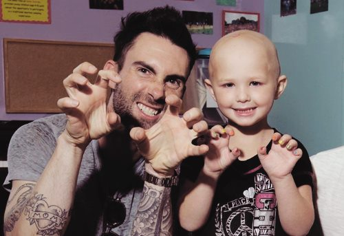 adam levine, amor, beautiful, beauty, cancer, cantor, careca, caridade, clhild, crianca, cute, doente, favorito, fofo, garota, girl, happy, happyness, hospital, kid, lindo, love, marron 5, menina, music, nails, singer, unhas