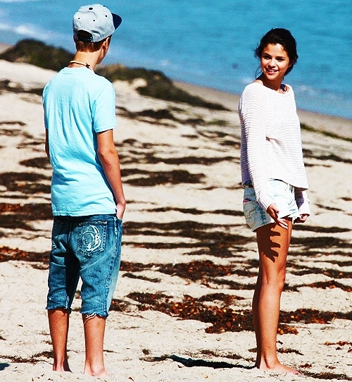 amazing, beach, beautiful, boy, couple, cute, fashion, girl, gorgeus, great, jelena, justin bieber, selena gomez, shorts, smile
