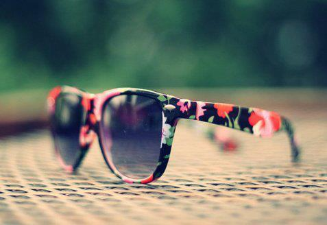 Les astuces de l'Été! B) Black-and-white-flowers-girl-photo-sunglasses-Favim.com-301303