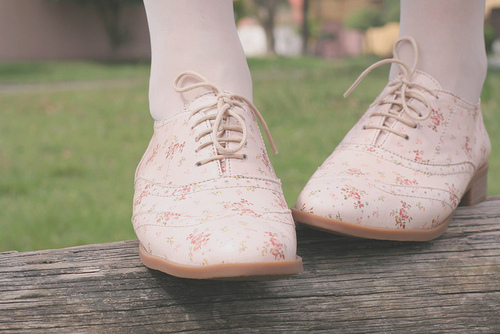 aseriesofserendipity, banco de jardim, bench, by melina de souza, by melina souza, cute, floral, florido, flowery, grama, grass, honey pie, honeypie, melina de souza, melina souza, melinwonderland, oxford, oxfords, shoes, tights, vintage